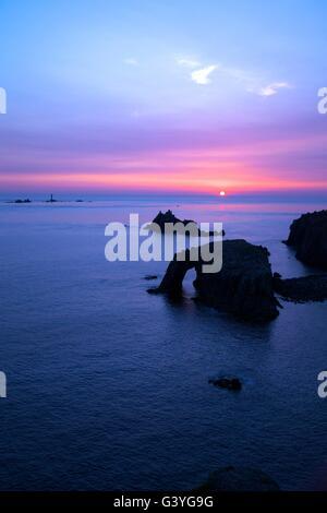 Coucher de soleil au phare, Dodnan Enys drakkars et le chevalier armé , Lands End, England, UK, FR Banque D'Images