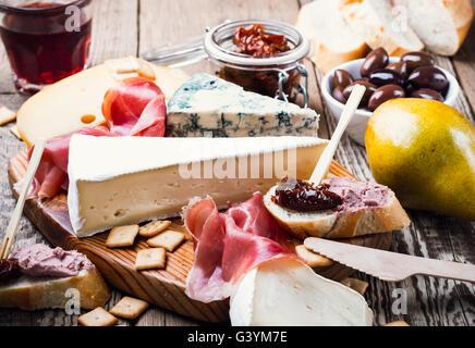 Plateau d'Antipasti avec différents produits de viande et de fromage sur planche de bois Banque D'Images