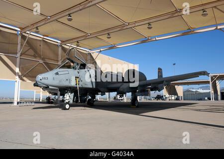 Pilote de l'US Air Force effectue les opérations finales de contrôler un A-10 Thunderbolt II.