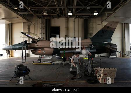 Réparation de systèmes d'armes les aviateurs sur un F-16C Fighting Falcon.