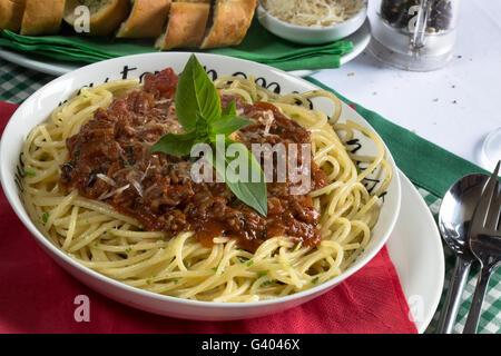 Italien traditionnel plat de spaghetti Bolognese/sauce bolognaise servis avec du pain à l'Ail/Baguette et de parmesan Banque D'Images