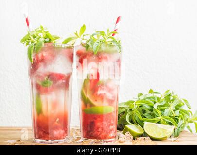 Mojito cocktails d'été à la menthe et à la chaux dans des grands verres. White wall background