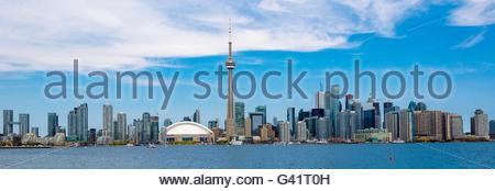 Tour du CN à Toronto Skyline vue depuis le lac Ontario. La ville propose des excursions en bateau qui sont très Banque D'Images