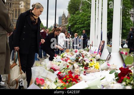 Londres, Angleterre, Royaume-Uni. 18, juin, 2016. Tributs floraux ont été posées en dehors de Westminster comme un hommage au député travailliste Jo Cox qui est mort après avoir été attaqué à l'extérieur de sa circonscription à Birstal. Crédit: Andrew Steven Graham/Alamy Live News