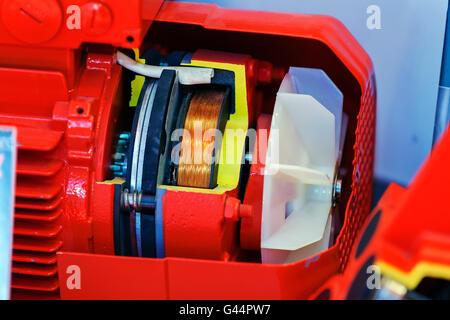 Grand et puissant moteur électrique dans l'usine d'équipement industriel moderne Banque D'Images