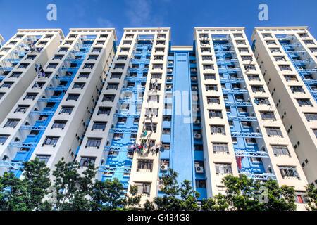 Un immeuble typique de Singapour logement public contre un ciel bleu. Banque D'Images