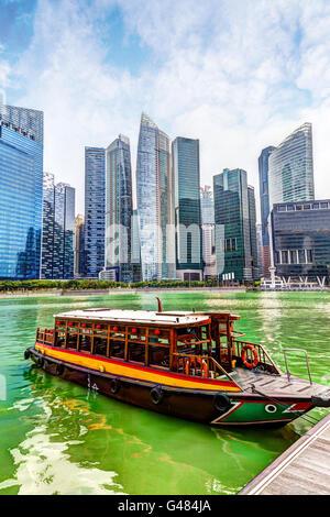Un quai à la Marina bumboat Bay avec des gratte-ciel dans le quartier des affaires de Singapour dans l'arrière-plan. Banque D'Images