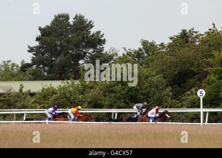 Les coureurs et les cavaliers se disputent l'Ambulance St John Piquets