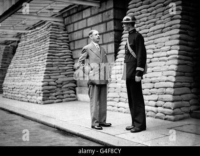 Le Lord Mayor, Sir Frank Bowater et le plus haut policier de la ville, PC Nichols (prénom inconnu), portant un masque à gaz et un casque d'acier, alors que Londres se prépare à la guerre.
