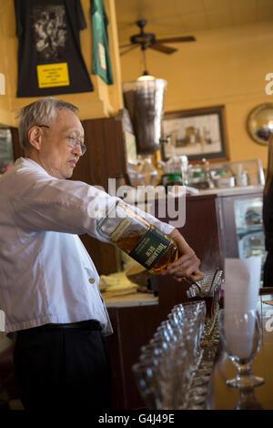 Bartender making Irish coffes au Buena Vista café à San Fransisco. Banque D'Images