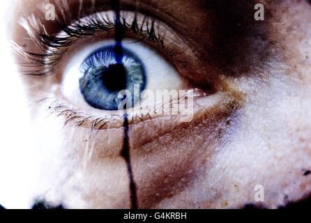 Close-up intense d'un globe oculaire. La réplique d'un film d'horreur... Banque D'Images