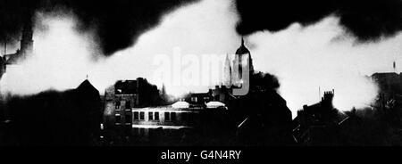 Une photo prise du bâtiment de l'Association de la presse dans la nuit du 10 mai 1941, alors que Londres a été mise en scène par la Luftwaffe allemande pendant la Seconde Guerre mondiale.