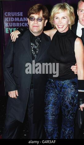 """MusiCan Sir Elton John avec Trudie Styler, épouse de la chanteuse Sting, à la première britannique du film """"Eyes Wide Shut"""" réalisé par feu Stanley Kubrick, et avec Tom Cruise et Nicole Kidman, au Warner Village Cinema de Leicester Square à Londres."""