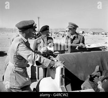 Le général Bernard Montgomery (c), commandant de l'armée britannique en Afrique du Nord pendant la campagne du désert occidental, confère aux officiers d'état-major, y compris Lieut. Général Herbert Lumsden, X corps (r), avant la bataille décisive d'El Alamein.