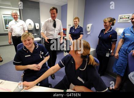 Le Premier ministre David Cameron et le secrétaire d'État à la Santé Andrew Lansley (à gauche) rencontrent des infirmières lors d'une visite à l'hôpital Royal Salford de Manchester.