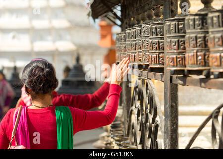 Le Népal, région centrale, Katmandou, la prière à Moulins le stupa de Swayambhunath à Katmandou Banque D'Images