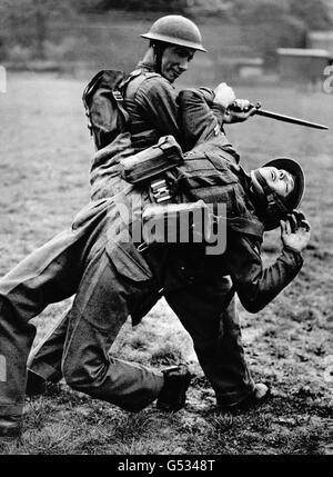 Deux soldats britanniques qui profitent d'une leçon de combat non armé pendant la Seconde Guerre mondiale. Un soldat tente de désarmer l'autre, qui tient une baïonnette.