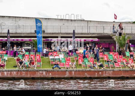 Berlin, Allemagne. Un bar sur les rives de la Spree attire une foule détendue après le travail Banque D'Images