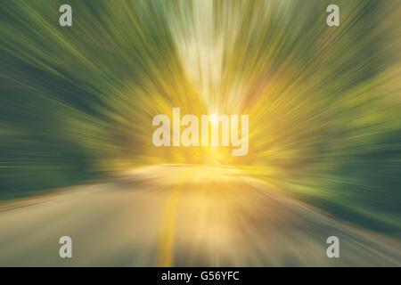 Abstract road motion floue et l'autoroute avec la lumière du soleil, aux tons vintage. Banque D'Images