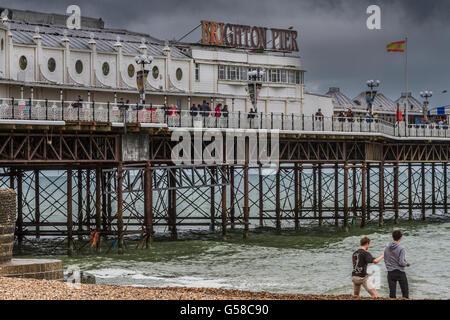 Deux hommes sur la plage de Brighton en face de la classe11 énumérés Brighton Pier , front de mer de Brighton, East Banque D'Images