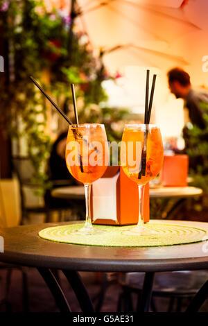 Aperol Spritz Cocktail. Boisson alcoolisée basée sur la table avec des cubes de glace et des oranges.