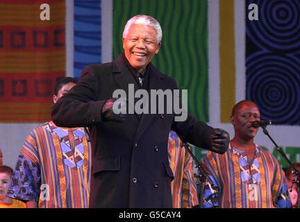 L'ancien président sud-africain Nelson Mandela se joint à la danse sur scène avec Ladysmith Black Mambazo sur la place du Millénaire à Leeds où il a été fait un freeman honoraire lors de sa première visite dans le nord de l'Angleterre. Des milliers de personnes se sont rassemblées pour apercevoir M. Mandela lors de sa visite dans la ville, qui fait partie du « Festival de la fête de l'Afrique du Sud ». Mandela Gardens à Leeds a été ouvert en 1983 pour soutenir la lutte de l'Afrique du Sud.