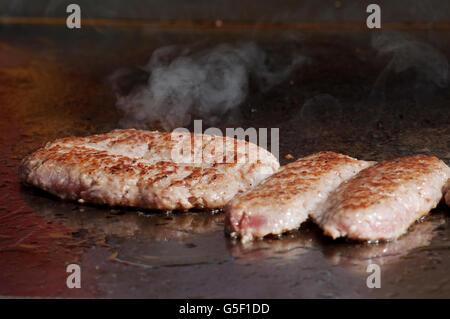 L'Italie, Lombardie, porc Saucisse Cuisson sur un Barbecue Banque D'Images