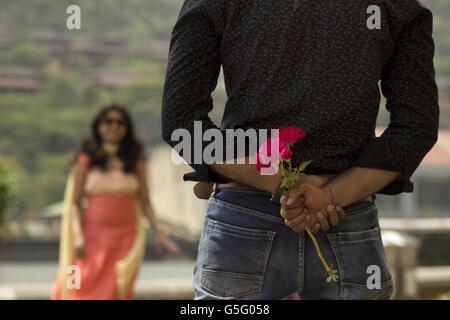 Petit ami à propos de proposer à sa petite amie, ville Lavasa, Pune, Maharashtra, Inde Banque D'Images