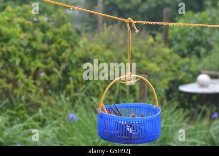 Ligne de lavage des vêtements et sac peg dans la pluie. L'Angleterre. UK Banque D'Images