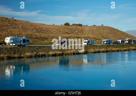 Les pêcheurs, les caravanes et camping-car par le lac Ruataniwha, près de Twizel, District de Mackenzie, South Canterbury, Banque D'Images
