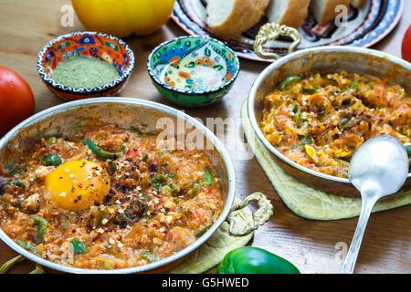 Un petit-déjeuner turc Menemen oeuf alimentaire, les tomates et le poivre dans la poêle avec un concept background Banque D'Images