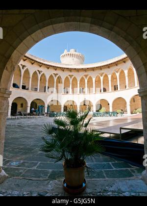 Vue verticale de la cour centrale au château de Bellver à Palma, Banque D'Images
