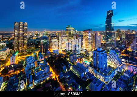 La ville de Bangkok en Thaïlande. Vue de nuit de Bangkok, quartier des affaires en Thaïlande. Gratte-ciel de Bangkok. Banque D'Images