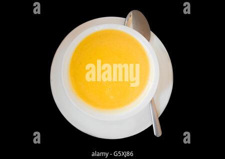 Vue de dessus de la soupe dans un bol blanc et la plaque avec cuillère Banque D'Images