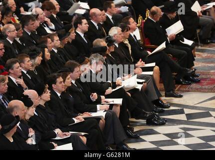(Première rangée) le secrétaire aux Affaires étrangères William Hague, le chef du Parti travailliste Ed Miliband, le vice-premier ministre Nick Clegg, Sarah Brown, l'ancien premier ministre Gordon Brown, Cherie Blair, l'ancien premier ministre Tony Blair, Norma Major, l'ancien premier ministre John Major, Samantha Cameron et le premier ministre David Cameron, la reine Elizabeth II, Le prince Philip, duc d'Édimbourg et dignitaires pendant les funérailles de la baronne Thatcher à la cathédrale Saint-Paul, dans le centre de Londres. Banque D'Images