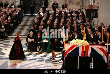 Des dignitaires du monde entier se joignent aujourd'hui à la reine Elizabeth II et au prince Philip, duc d'Édimbourg, tandis que le Royaume-Uni rend hommage à l'ancienne première ministre Thatcher lors de ses funérailles à la cathédrale Saint-Paul, dans le centre de Londres. Banque D'Images