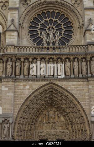 La porte de la Cathédrale Notre Dame de Paris Banque D'Images