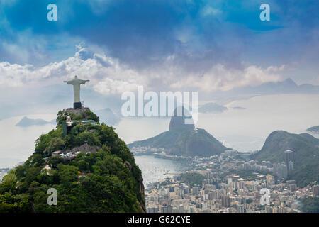 Classé au Patrimoine Mondial de l'UNESCO paysage de Rio de Janeiro, avec le Christ Rédempteur (Cristo Redentor) Banque D'Images