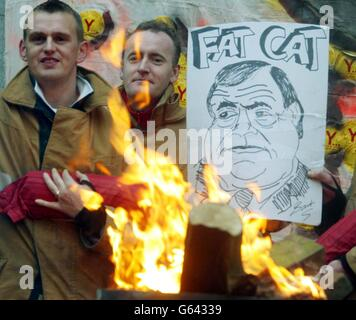 Les pompiers en grève sur la ligne de piquetage d'une caserne de pompiers de Tyneside tiennent une effigie du vice-premier ministre John Prescott le troisième jour de leur grève de huit jours pour de meilleures conditions de rémunération.