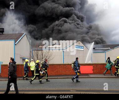 Les pompiers de Willenhall qui ont cassé leur ligne de piquetage pour assister à un incendie massif dans une usine de plastique désutilisée de West Bromwich le premier jour de la grève nationale des pompiers quittent la scène après s'être assuré que personne n'y était emprisonné.