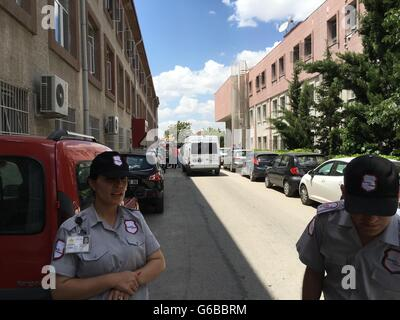 Ankara, Turquie. 24 Juin, 2016. Le personnel de sécurité montent la garde sur les lieux d'une blessure par balle Banque D'Images