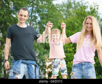 Famille heureuse élèvent leur fils Banque D'Images