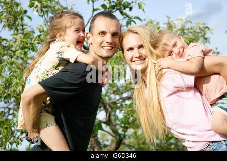 Portrait d'une famille heureuse à l'extérieur Banque D'Images