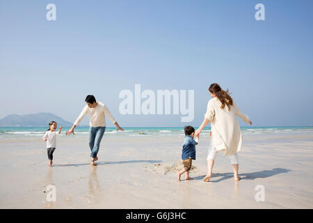 Happy Asian Family having a good time on Beach Banque D'Images