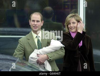 Le comte et la comtesse de Wessex quittent l'hôpital Frimley Park de Surrey avec leur petite fille. L'enfant, jusqu'à présent sans nom, est né prématurément par césarienne d'urgence. Le bébé a plus tard été nommé Lady Louise.