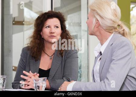 Confiant et gens d'affaires qui ont réussi et lancer des idées dans un grand bureau moderne coopérer, carte-réunion Banque D'Images