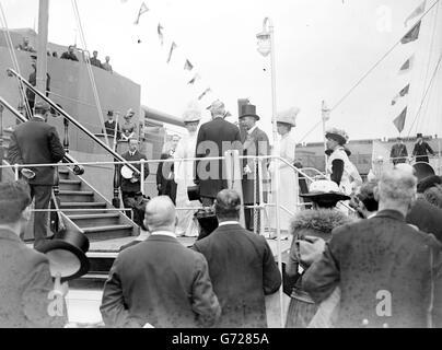 Le roi George V et la reine Mary avec la princesse Mary embarquèrent à bord du HMS Benbow, un cuirassé de la classe Iron Duke, lors de leur visite en Écosse, en 1914.