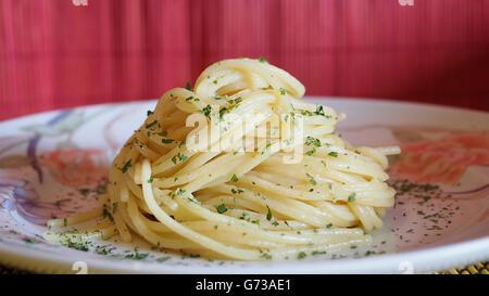 Plat italien célèbre: spaghetti avec gingembre, ail et persil. Tous les ingrédients biologiques. Banque D'Images
