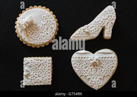 Des biscuits au beurre blanc en différentes formes sur fond noir Banque D'Images