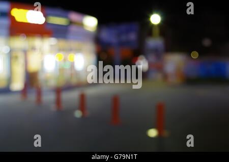 Scène urbaine nuit flou artistique avec lumières floues et afficher l'éclairage pour l'utiliser comme arrière-plan. Banque D'Images
